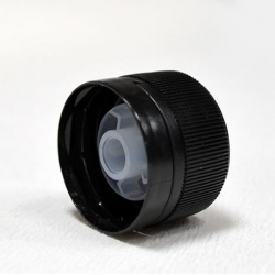 Zatvarač za sirup bocu plosnatu PP 28, crni, sig.prsten i međučep pourer (razdijelnik)